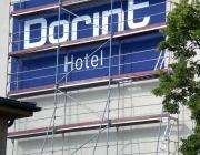Schriftzug auf einer Hausfassade für ein Hotel