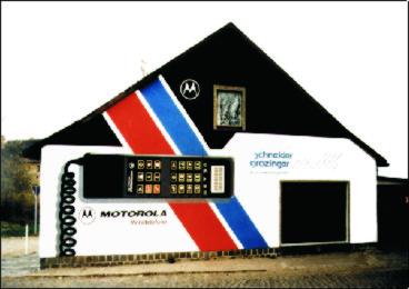 Gestaltung einer Haussfassade mit Werbung für einen Mobilfunkanbieter